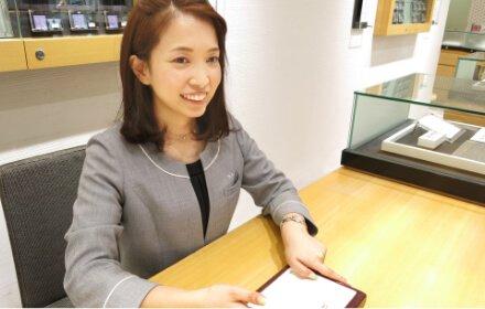 笑顔の女性 スタッフ写真